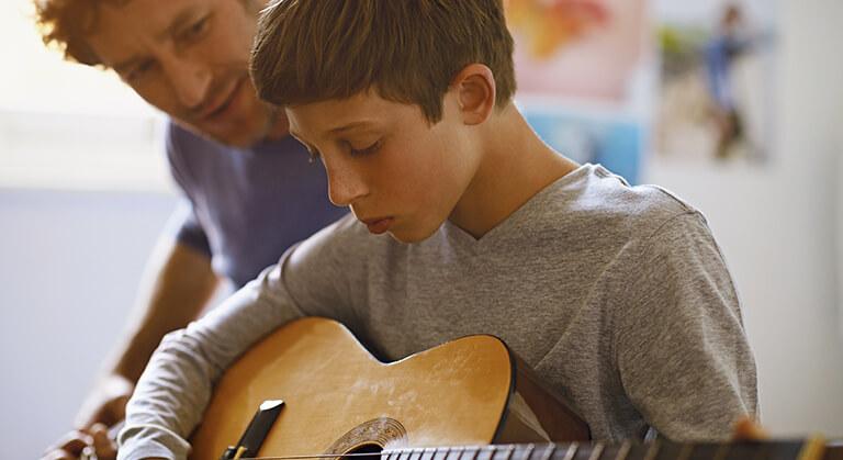 ragazzo suona chitarra