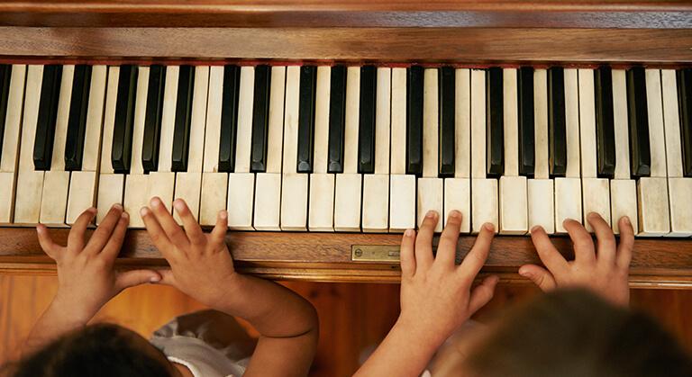 mani suonare tastiera pianoforte